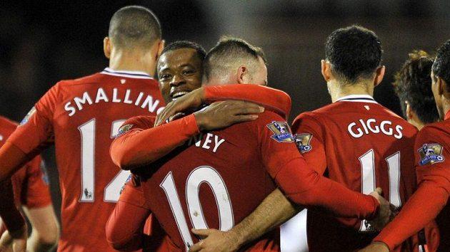 Fotbalisté Manchesteru United se radují z gólu proti Fulhamu.