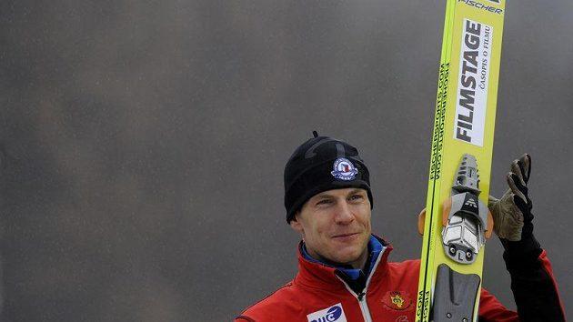 Tomáš Slavík si užil nepřízně počasí na můstku, ale v nedělním závodě nakonec urval alepsopň devatenácté místo.