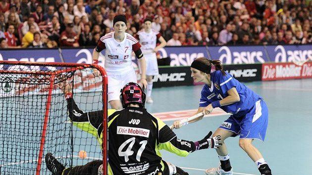 Dominika Šteglová (v modrém) střílí vítězný gól českého týmu v duelu o bronzové medaile se Švýcarskem.