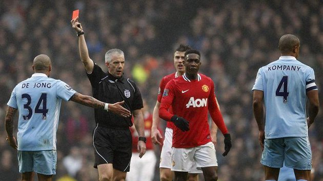 Kapitán Manchesteru City Vincent Kompany (vpravo) vidí červenou kartu.