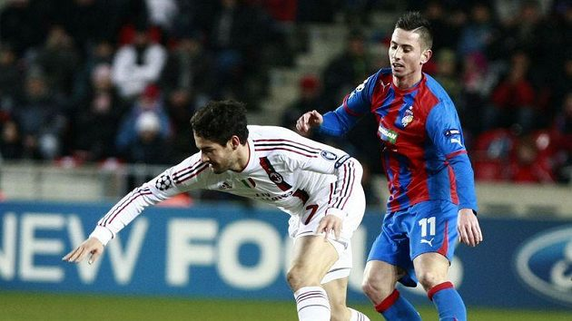 Pato z AC Milán (vlevo) si kryje míč před plzeňským Petrželou