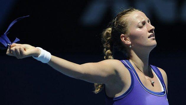 Petra Kvitová s úlevou odkládá čelenku po postupu do čtvrtfinále Australian Open přes Srbku Ivanovičovou.