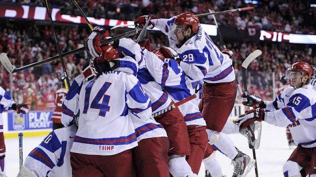 Ruští mladíci se radují z postupu do finále.