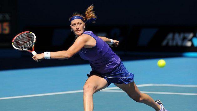 Petra Kvitová odvrací úder v osmifinále Australian Open, v němž vyřadila Srbku Ivanovičovou.