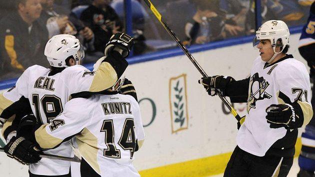 Jevgenij Malkin (vpravo) se raduje z gólu do sítě St. Louis ve středečním utkání NHL.