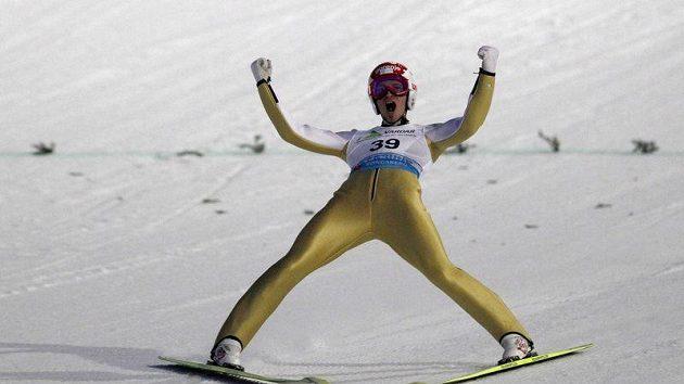 Slovinec Robert Kranjec se raduje z triumfu na MS v letech na lyžích ve slovinském Vikersundu.