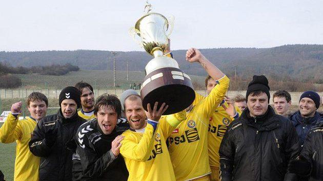 Hráči z Jihlavy se radují z výhry, s pohárem kapitán Michal Veselý