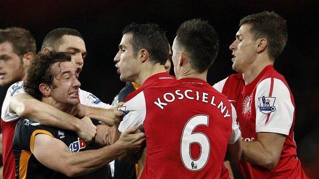 O potyčky nebyla v zápase Arsenalu s Wolverhamptonem nouze. Tentokrát se do ní zapojil hostující Stephen Hunt (vlevo) a kapitán Arsenalu Robin van Persie a Laurent Koscielny.