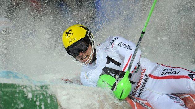 Rakušan Marcel Hirscher v ochranné bariéře po vítězné jízdě ve slalomu ve Schladmingu.