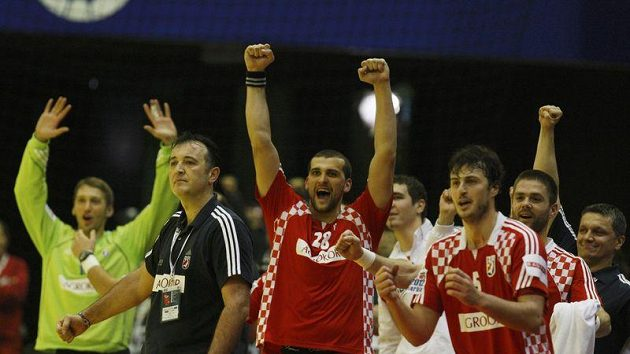 Házenkáři Chorvatska oslavují triumf nad Francií.