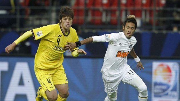 Útočník Santosu Neymar (vpravo) před Hiroki Sakaiem z Kašiwy
