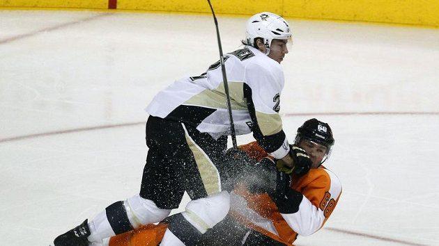 Obránce Pittsburghu Matt Niskanen (vlevo) sestřelil útočníka Philadelphie Jaromíra Jágra.