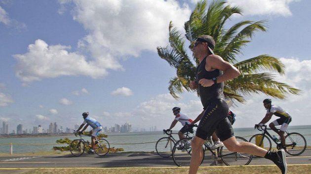 Lance Armstrong v poněkud nezvyklé pozici.
