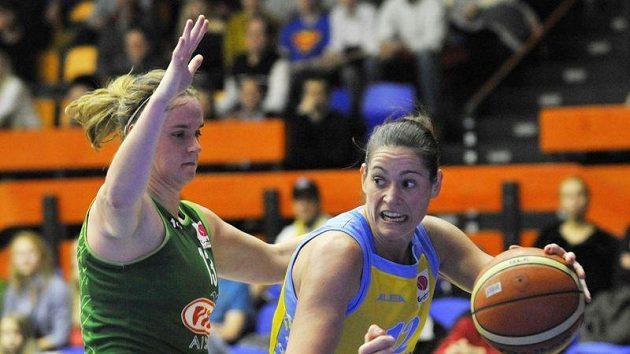 Anna Montaňanová z USK (vpravo) se snaží obejít Courtnay Pilypaitisovou z Kaunasu.
