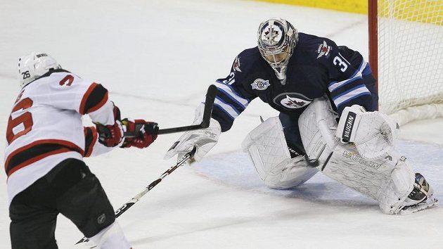 Patrik Eliáš neproměňuje trestné střílení proti Ondřeji Pavelcovi. Nakonec ale gólmana Winnipegu jednou překonal a pomohl Ďáblům k výhře 2:1.