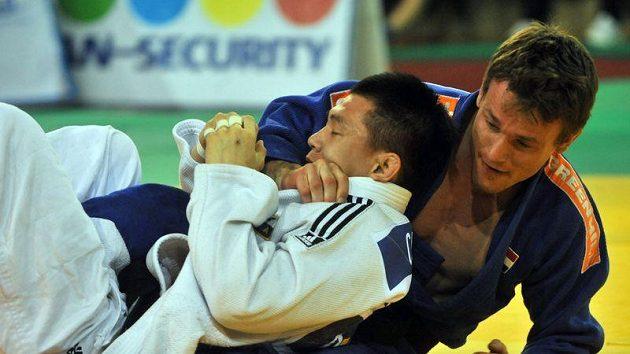 Čche Kwang-hjon z Koreje a Jeroen Mooren z Nizozemska (vpravo) ve finále kategorie do 60 kg.