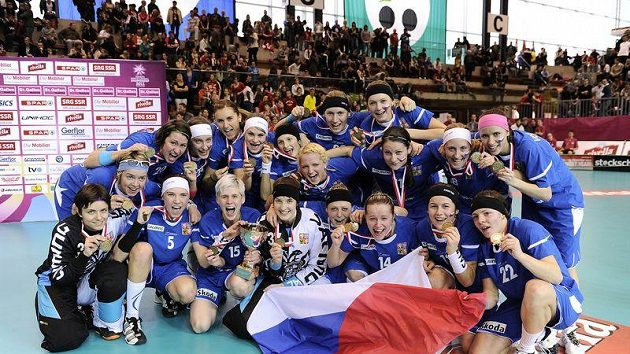 České florbalistky oslavují zisk bronzových medailí na MS ve Švýcarsku.