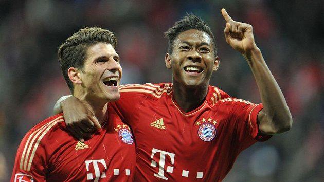 Mario Gomez (vlevo) se raduje se svým spoluhráčem z Bayernu Mnichov Davidem Alabou z branky.