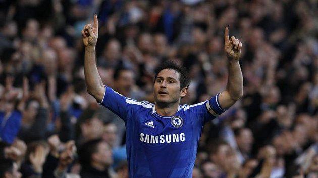 Kapitán Chelsea Frank Lampard se raduje. Ale svůj tým příliš nechválí.