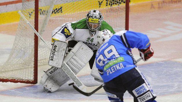 Václav Pletka z Plzně střílí úvodní gól brankáři Michalu Valentovi z Mladé Boleslavi.