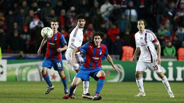 Obránce Plzně Marián Čišovský (uprostřed) po prohraném souboji s Patem z AC Milán
