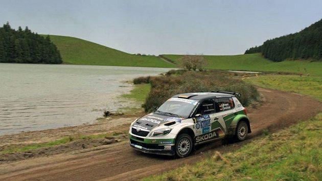 Nor Andreas Mikkelsen s vozem Fabia S 2000 při cestě za triumfem v Rallye Azory.