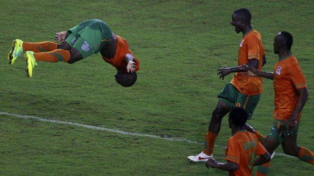 Emmanuel Mayuka (vlevo) oslavuje saltem gól vstřelený Ghaně v semifinále mistrovství Afriky.