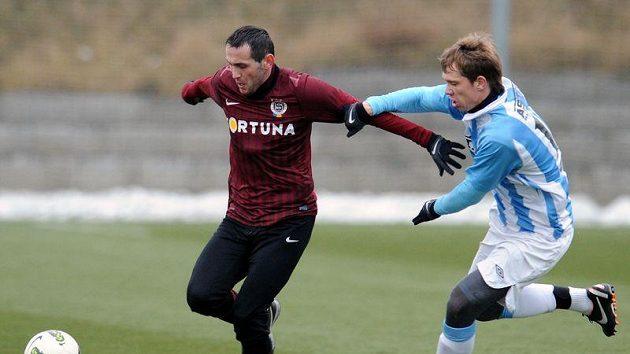 Fotbalista Sezimova Ústí Miloslav Houška (vpravo) stíhá Andreje Keriče ze Sparty