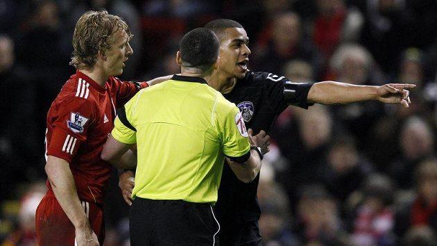 Dirk Kuijt z Liverpoolu (vlevo) uklidňuje společně se sudím Toma Adeyemiho z Oldhamu.