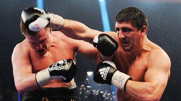 Němec Marco Huck (vpravo) při utkání s úspěšným obhájcem titulu WBA Alexanderem Povětkinem.