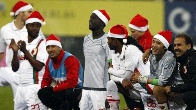 Fotbalisté Augsburgu oslavili vítězství nad Mönchengladbachem se santaclausovskými čepicemi.