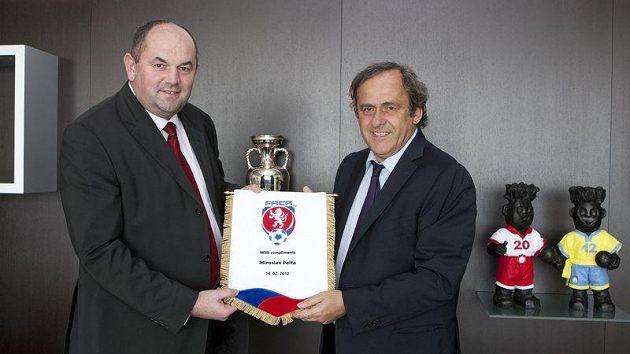 Předseda Fotbalové asociace Miroslav Pelta (vlevo) a šéf UEFA Michel Platini