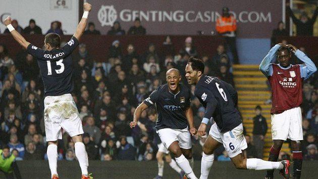 Fotbalista Manchesteru City Joleon Lescott (druhý zprava) slaví gól do sítě Aston Villy.