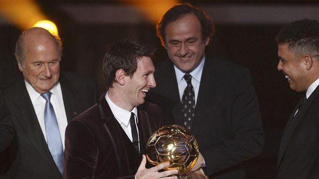 Zleva Sepp Blatter, Lionel Messi se Zlatým míčem, Michel Platini a Ronaldo na pondělním galavečeru v Curychu.