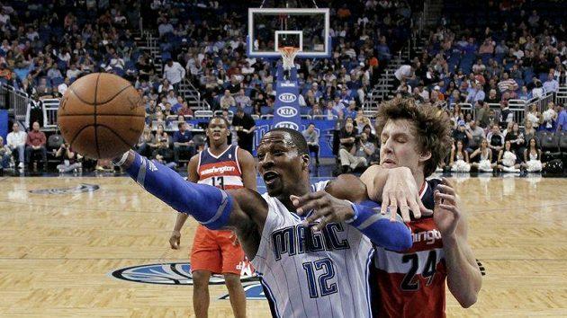 Jan Veselý z Washingtonu (vpravo) se snaží ubránit Dwighta Howarda z Orlanda.