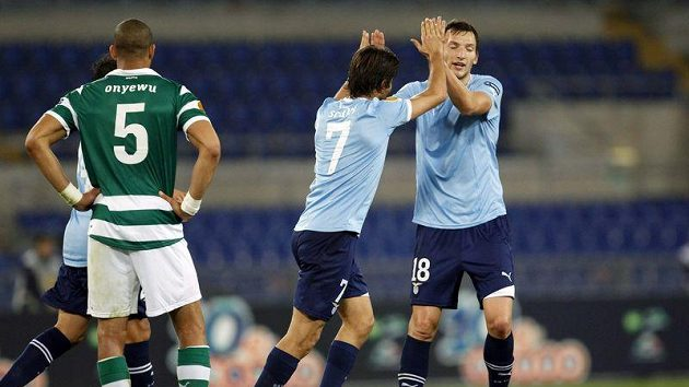 Libor Kozák (vpravo) a Giuseppe Sculli oslavují vstřelený gól Lazia v duelu se Sportingem.
