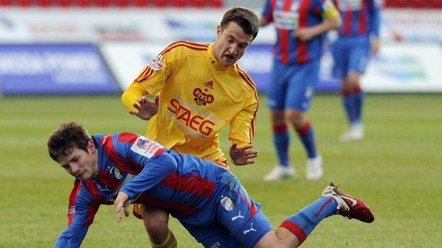 Václav Pilař z Plzně (vlevo) a Pavel Hašek z Dukly v utkání 18. kola Gambrinus ligy
