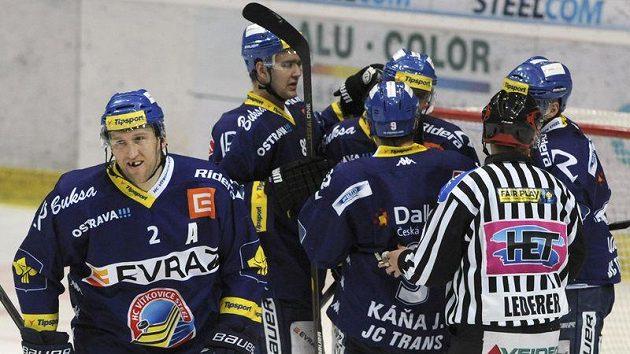 Hráči Vítkovic se radují z prvního gólu. Vlevo je Marek Malík.