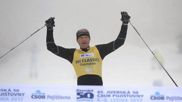 Stanislav Řezáč protíná cílovou pásku jako vítěz Jizerské padesátky.
