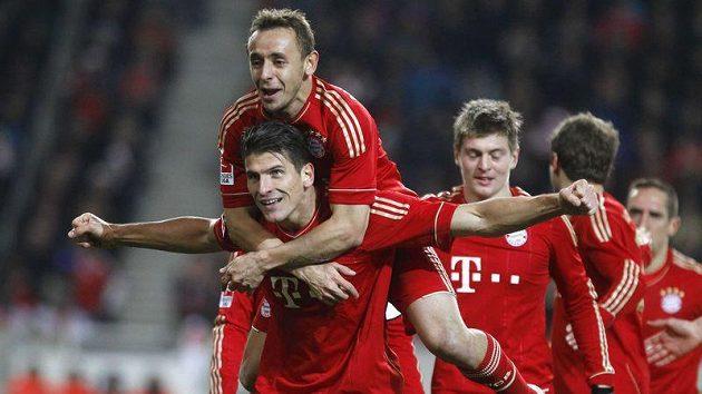 Mario Gomez (dole) oslavuje se spoluhráči z Bayernu svůj druhý gól v duelu se Stuttgartem.