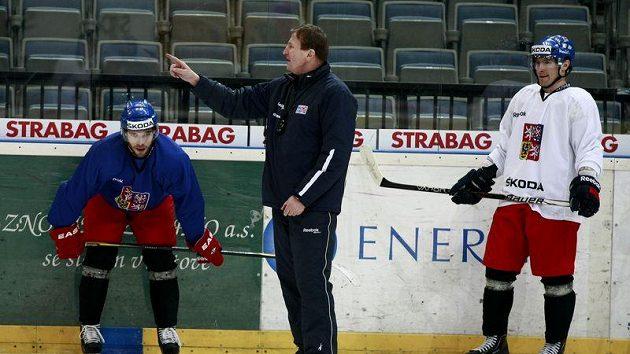 Michal Vondrka a Petr Průcha poslouchají pokyny trenéra Hadamczika na srazu české hokejové reprezentace.
