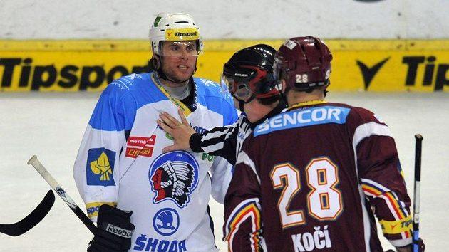 Rozhodčí uklidňuje Radka Dudu (vlevo) z Plzně. Vpravo je David Kočí ze Sparty.