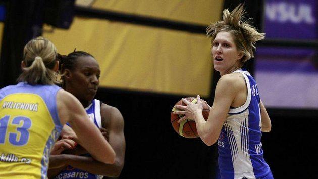 Basketbalistka Valencie Jana Veselá (vpravo) v utkání proti USK Praha