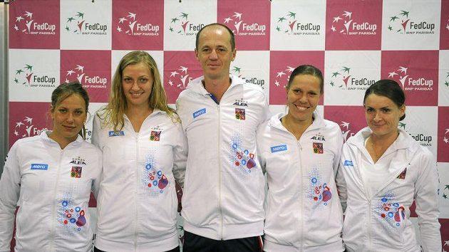 Český fedcupový tým. Zleva Barbora Záhlavová-Strýcová, Petra Kvitová, Petr Pála, Lucie Hradecká a Iveta Benešová.