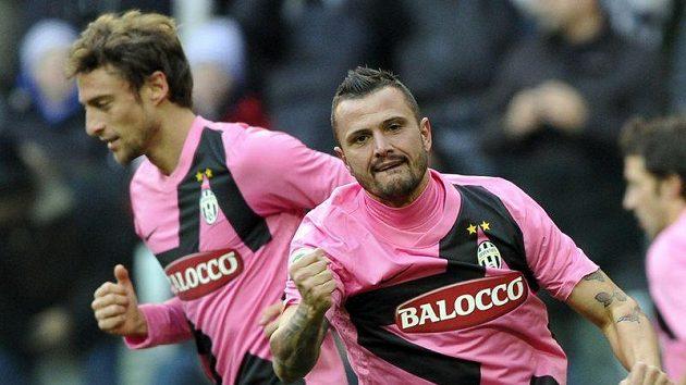 Simone Pepe z Juventusu (vpravo) se raduje z branky