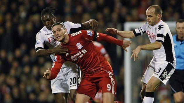 Hráči Fulhamu Danny Murphy (vpravo) a Dickson Etuhu stíhají Andyho Carrolla z Liverpoolu (uprostřed).