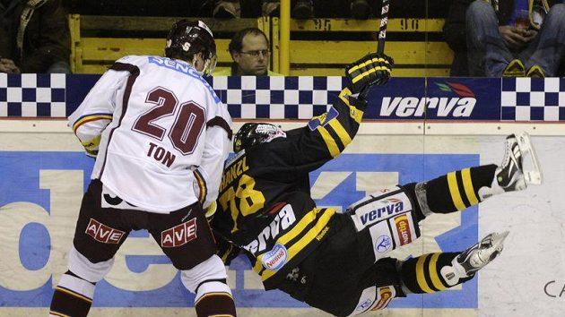 Litvínovský Robin Hanzl (vpravo) padá u hrazení po střetu s Petrem Tonem ze Sparty.