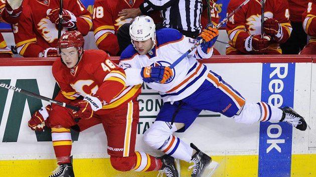 Andy Sutton z Edmontonu (vpravo) a Greg Nemisz z Calgary.