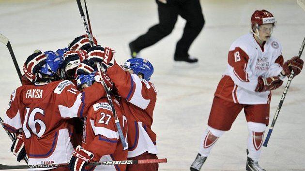 Čeští hokejisté do 20 let se radují z branky proti Dánsku.