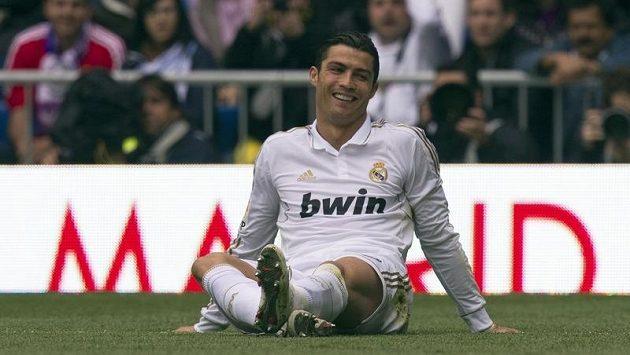 Cristiano Ronaldo z Realu po jednom ze soubojů s protivníky z FC Sevilla. Real hladce vyhrál a už vyhlíží titul.